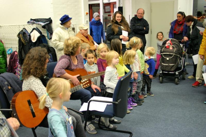 Die Kath. Kindertagesstätte Neviges zu Gast in der Bücherei (10. Dezember 2015)