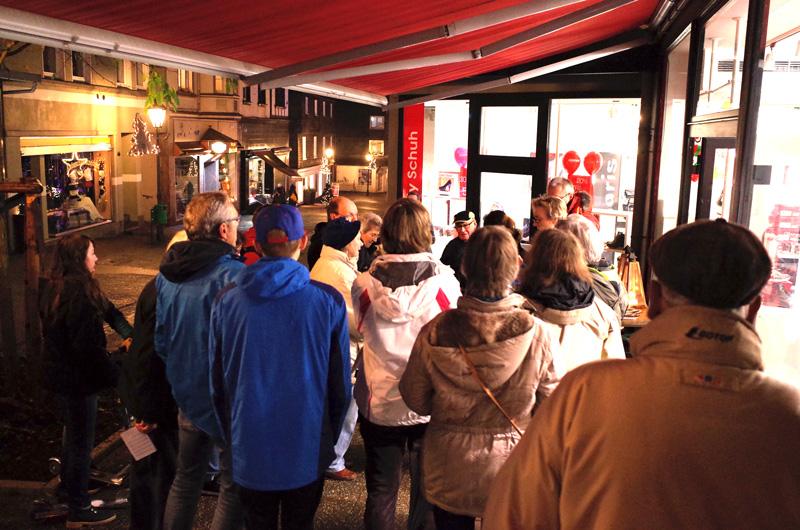 Der Lebendige Adventskalender zu Gast beim Schuhhaus Mayer (16. Dezember 2015)